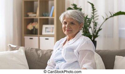 femme, éloigné, regardant télé, maison, personne agee