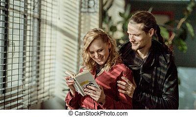 femme, épaules, relations, livre, tenue, fenêtre, lecture fille, amour, livre, homme