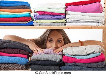 femme, étagère, jeune, derrière, habillement, dissimulation