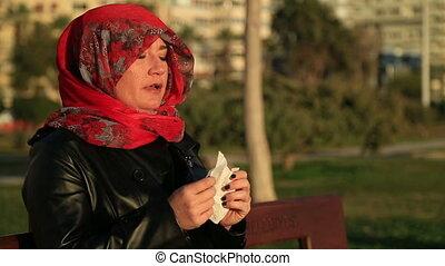 femme, éternuer, malade, musulman