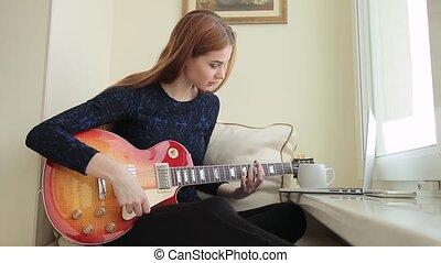 femme, étudier, jeune, cheveux, musique, home., rouges