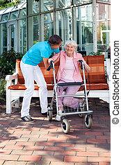 femme, être, aide, aidé, soin senior