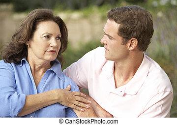 femme, être, consolé, fils, adulte, personne agee
