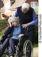 femme, être, déprimé, fauteuil roulant, poussé, personne agee, mari