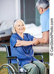 femme, être, fauteuil roulant, aidé, personne agee, infirmière