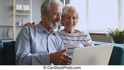 femme, 60s, sourire, expliquer, caresser, mari, informatique...