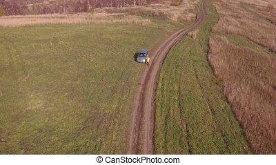 femme, aérien, espérer, cassé, mobile, voiture, haut, appeler, regarder, dron., 4k, téléphone, rural, vue, help., route, secours