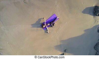 femme, aérien, océan, position, yoga, plage, vue