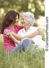 femme aînée, à, adulte, fille, dans parc