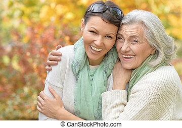 femme aînée, à, fille, dans, automnal, parc