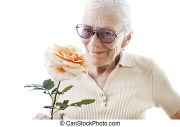 femme aînée, à, fleur