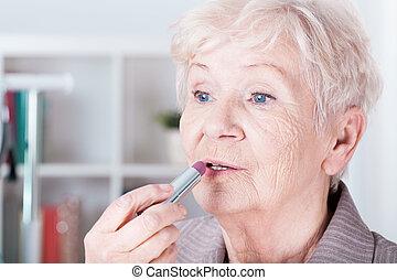 femme aînée, application rouge lèvres