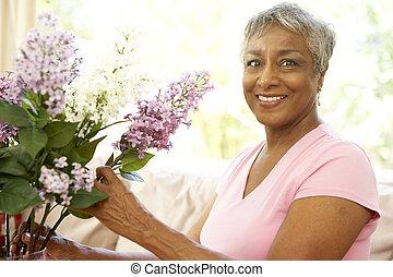 femme aînée, arrangement fleur, chez soi