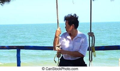 femme aînée, asiatique, balançoire, océan