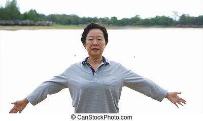 femme aînée, asiatique, taichi, exercice
