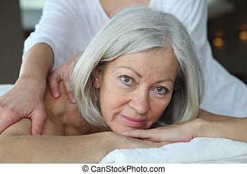 femme aînée, avoir, masage