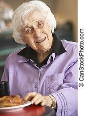 femme aînée, avoir, matin, thé