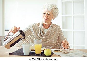 femme aînée, avoir, petit déjeuner