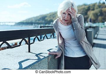 femme aînée, avoir, vertige, dehors