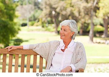 femme aînée, banc