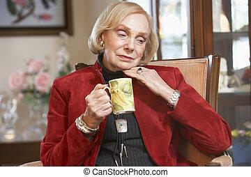 femme aînée, boire, boisson chaude