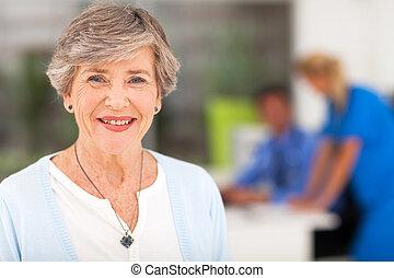 femme aînée, bureau, docteur
