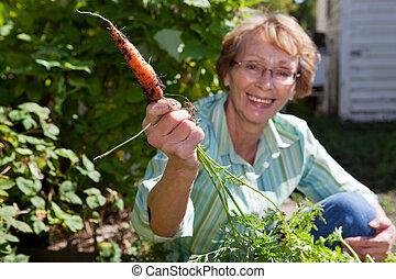 femme aînée, carotte, tenue