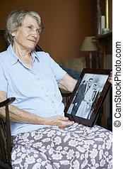 femme aînée, chez soi, regarder, vieux, photo mariage
