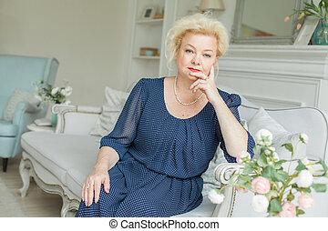 femme aînée, chez soi, vrais gens, portrait