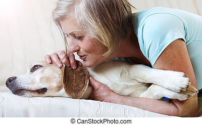 femme aînée, chien