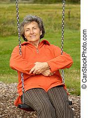 femme aînée, cour de récréation