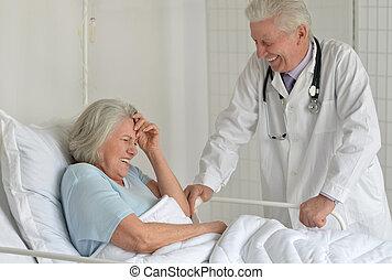 femme aînée, dans, hôpital