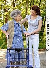 femme aînée, dehors
