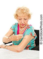 femme aînée, donne, soi, injection