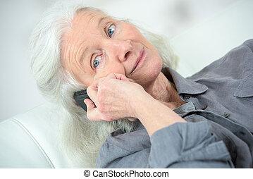 femme aînée, elle, ami, appeler