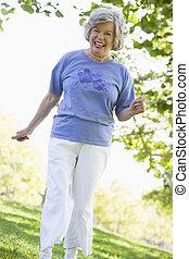 femme aînée, exercisme, dans parc
