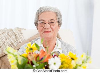 femme aînée, fleurs