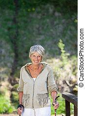 femme aînée, forêt, randonnée, heureux