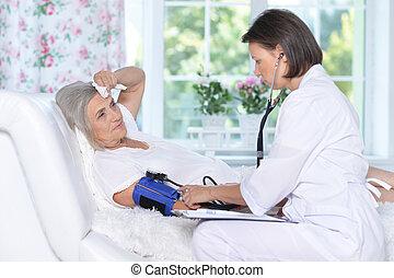 femme aînée, hôpital