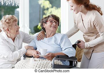 femme aînée, infirmière, aides