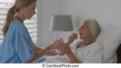 femme aînée, infirmière