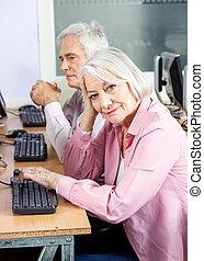 femme aînée, informatique, sourire, classe