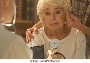 femme aînée, inquiété, docteur
