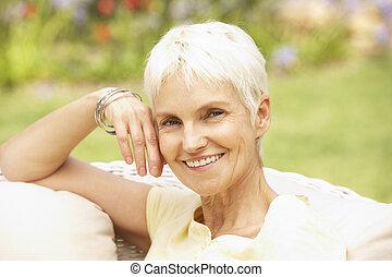femme aînée, jardin, délassant