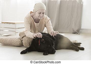 femme aînée, jouer, chien