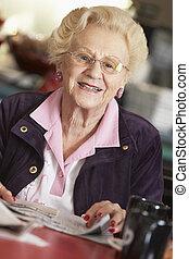 femme aînée, journal lecture