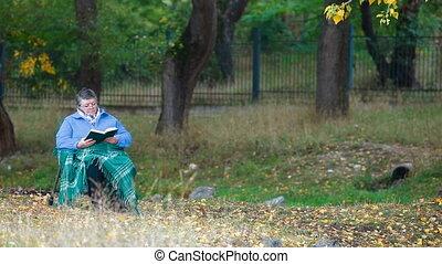 femme aînée, lecture, dehors