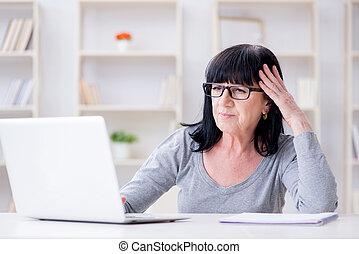 femme aînée, lutter, ordinateur