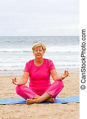 femme aînée, méditation