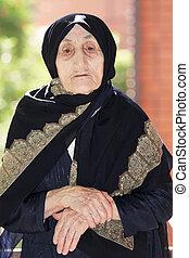 femme aînée, mains pliées